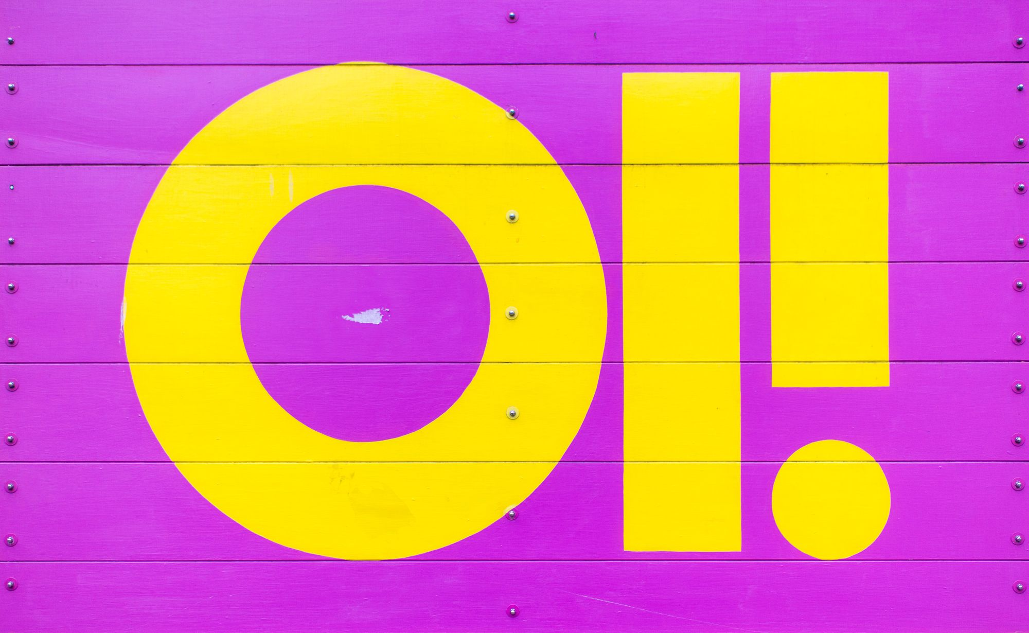 Bright sign saying Oi!